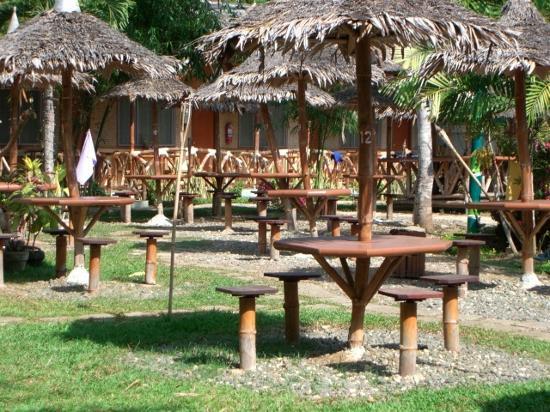 Kawayanan Resort: More huts