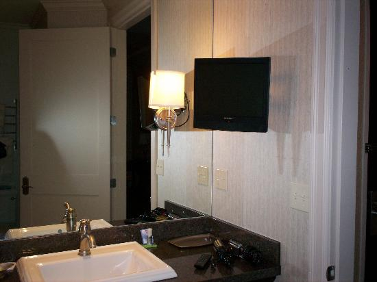 Courtyard Tacoma Downtown: Small flat screen tV in Bathroom