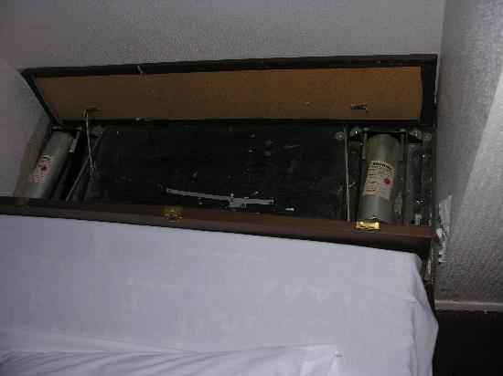 SeaTac Crest Motor Inn: behind the pull out bed.