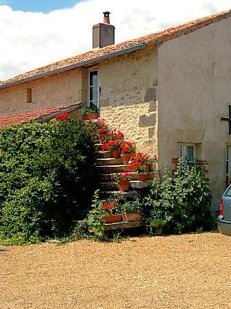 Le Tilleul : steps on side of cottage