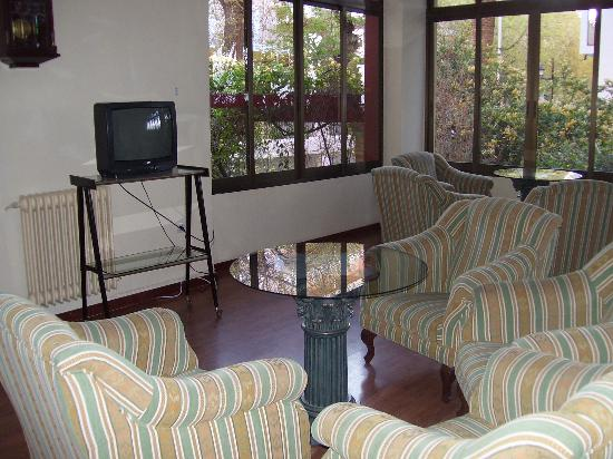 Andalucia Hotel: Lounge area with tv