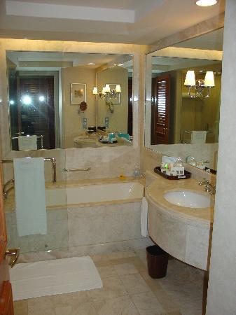 Conrad Centennial Singapore: Spacious bathroom