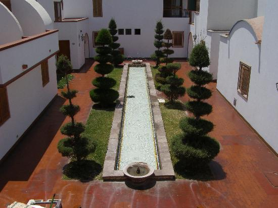 Hotel Las Dunas: Fountain from entrance to our room