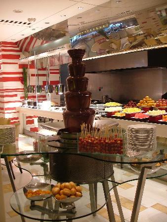 Shangri-La Hotel Kuala Lumpur: Chocolate fountain at breakfast