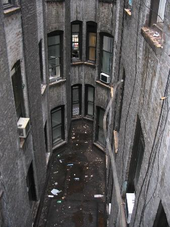 Mount Royal Hotel & Hostel: Courtyard view - a little scary