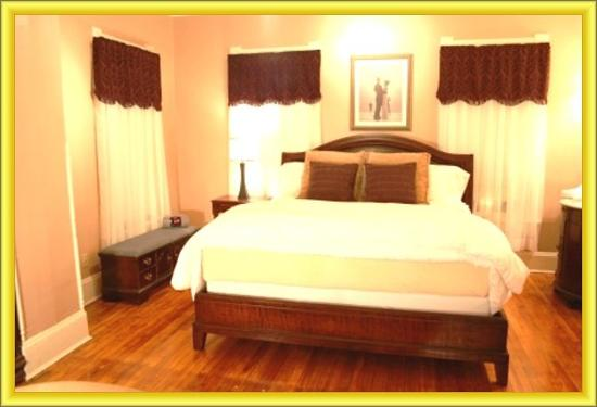 Magnolia House Inn : King size bed in the Ellington Suite