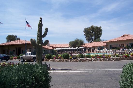 Rancho de los Caballeros : Pool area and front entrance