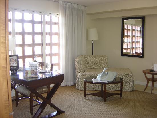 Renaissance Esmeralda Resort & Spa, Indian Wells: corner room has big sitting area