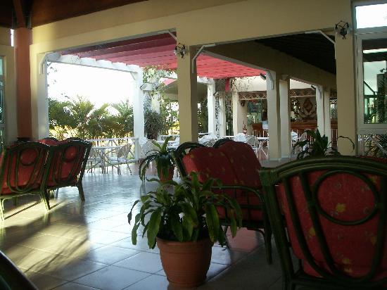 Brisas Covarrubias Hotel: lobby and lobby bar