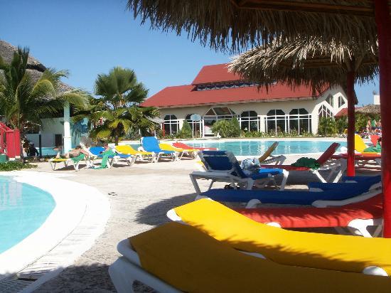 Brisas Covarrubias Hotel: pool & buffet rest in background