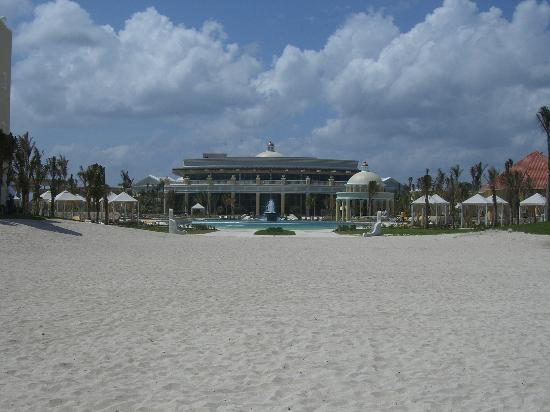 Iberostar Grand Hotel Paraiso: view of resort from beach