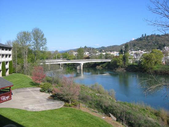 Holiday Inn Express Roseburg: River View from Guest Room