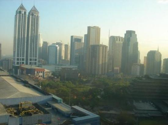 Edsa Shangri-La: CITY VIEW FROM 18TH FLR ROOM
