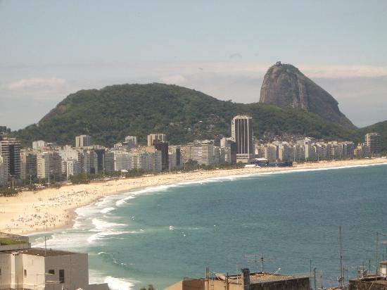 Copacabana Rio Hotel : playa de copacabana con el pan de zucar al fondo. panoramica tomada personalmente desde la...