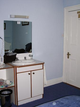 Blue Dolphin House B&B: Sink & coffee area in bedroom