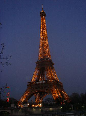Moulin Plaza Hotel : Eiffel Tower at dusk