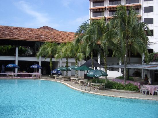 Sabah Hotel Sandakan: and another pool view