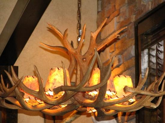 LongHorn Steakhouse: the lamps above your head