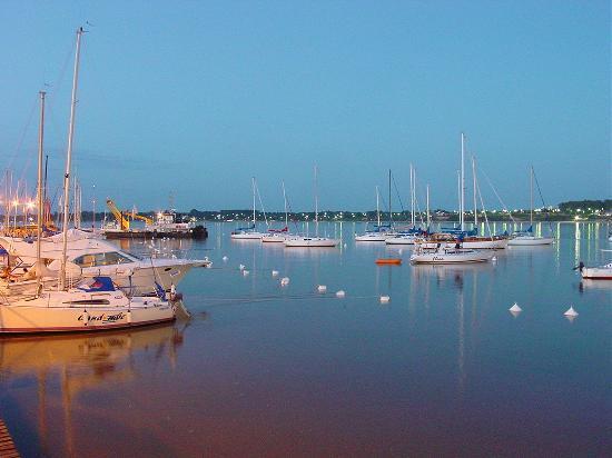 Colonia del Sacramento, Uruguay: Vista del puerto deportivo de Colonia al atardecer.