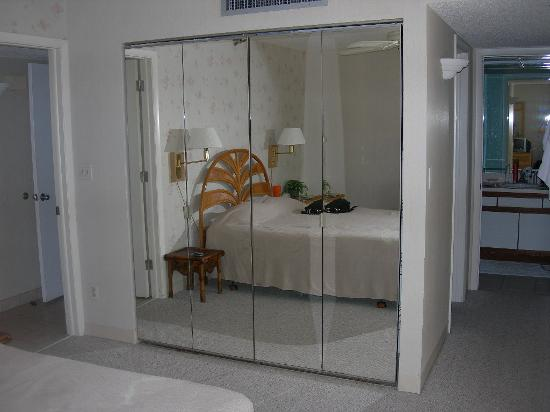 Gulf Beach Resort: Master bedroom, closet w/mirror
