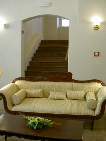 Savic Hotel: 2nd Floor Seating Area