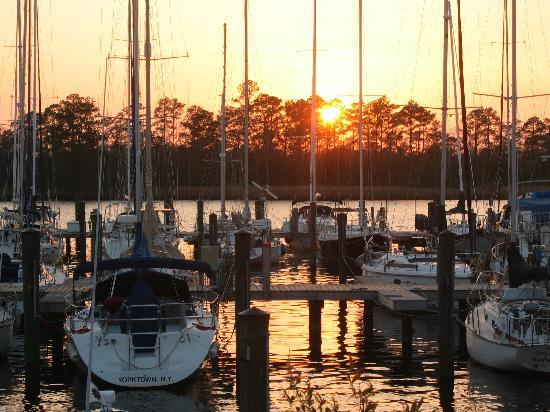 New Bern, Kuzey Carolina: Sunset at Broad Creek Marina