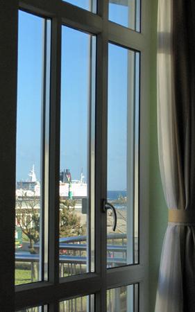 Residenz Strandhotel: Ship arriving seen via mirror