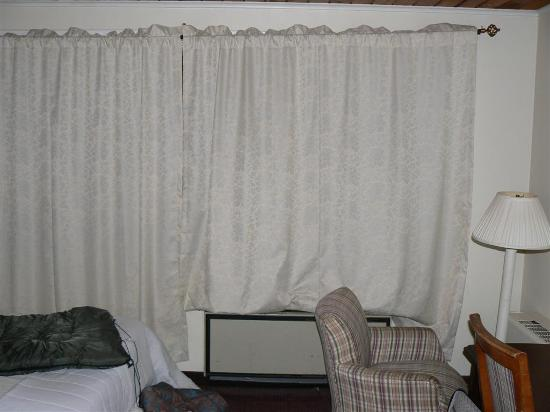Grant Motel: Dingy, disgusting curtains