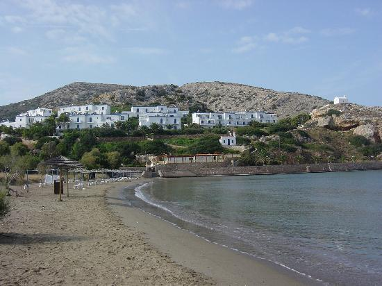 Galissas, Grecja: Hotel from the beach. (Sun beds cleared.)