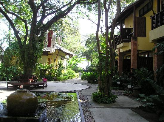 Baan Talay Dao Resort: The garden with surrounding rooms