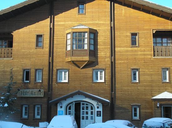 HG Maribel: la entrada del hotel llena de hielo