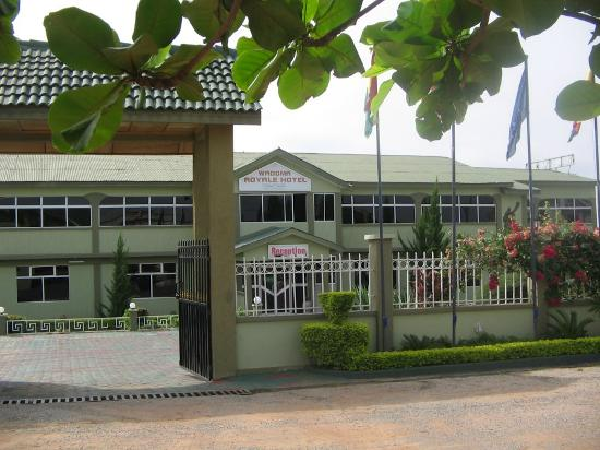 Wadoma Royale Hotel : front of hotel ,and security gate