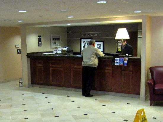 Hampton Inn Brookfield: Front Desk