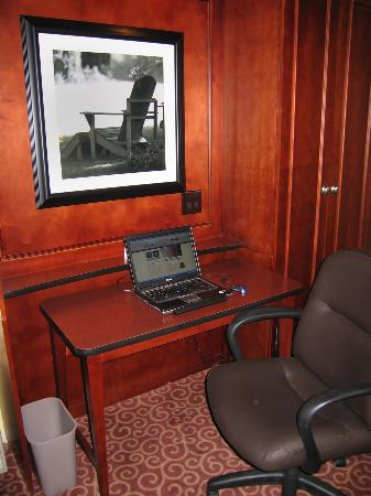 Hampton Inn Brookfield: Room 439 Work Area