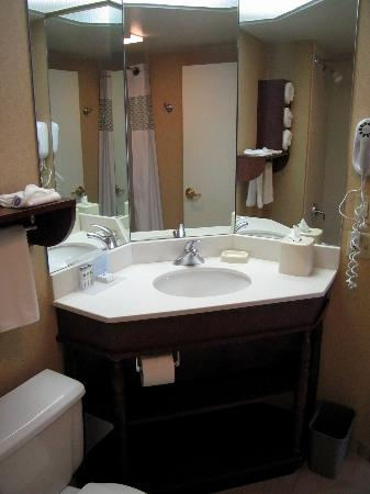 Hampton Inn Brookfield: Room 439 Bath Vanity with 3 Mirrors