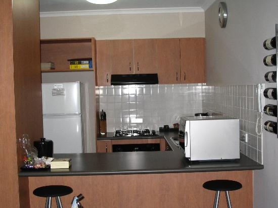 Ringwood Royale Apartments Hotel: Kitchen