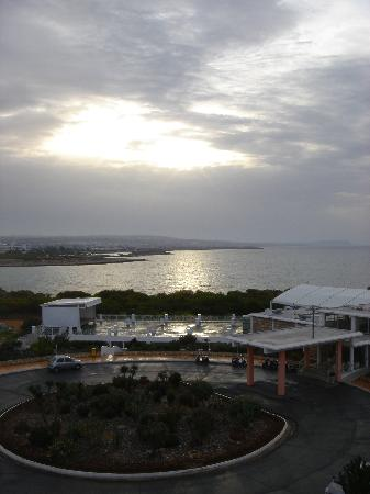 Asterias Beach Hotel : The view from my room in a cloudy day