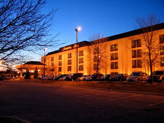 Hampton Inn Minneapolis / Eagan: Hotel exterior early evening