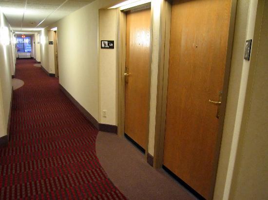 Hampton Inn Minneapolis / Eagan : First floor hallway and entrance to room 126