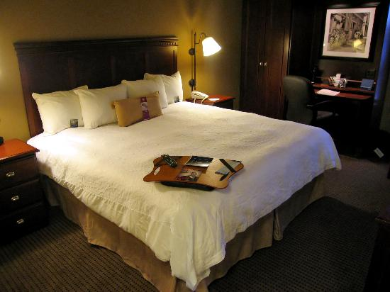 Hampton Inn Minneapolis / Eagan: Room 126 very comfortable king bed and work area in background