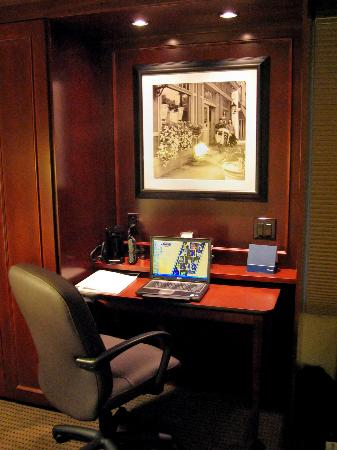 Hampton Inn Minneapolis / Eagan: Room 126 beautiful and functional work area