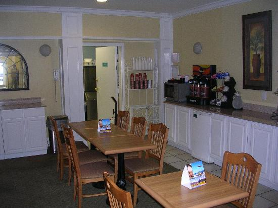 Comfort Inn & Suite Birmingham - Hoover: Breakfast bar