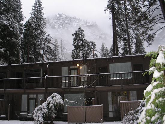 Yosemite Valley Lodge: Hemlock buildings view from parking lot