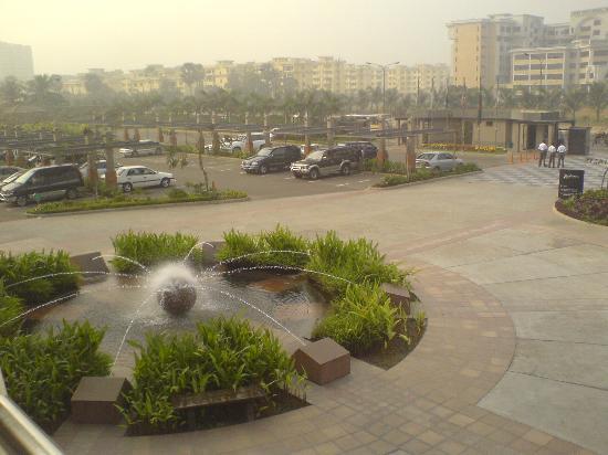 Radisson Blu Dhaka Water Garden : spacious front courtyard of water garden with water fountain