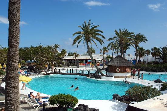 H10 Suites Lanzarote Gardens: AThe main pool at the Lanzarote Gardens