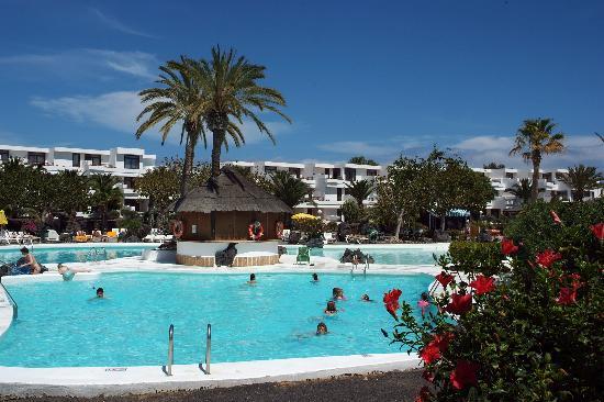 H10 Suites Lanzarote Gardens: Having a dip in the pool at the Lanzarote Gardens