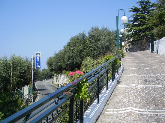 Best Western Hotel La Solara Sorrento: entrance to hotel from road