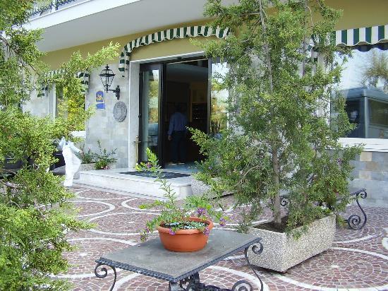 BEST WESTERN Hotel La Solara: main entrance to hotel
