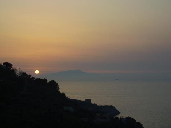 Best Western Hotel La Solara Sorrento: sunset over Ischia