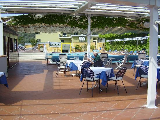 Best Western Hotel La Solara Sorrento: snack bar area by pool